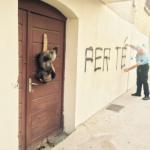 Isola Rossa: testa di cinghiale sulla porta della sala di preghiera musulmana