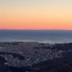 Il cielo limpido regala una splendida vista della Corsica agli abitanti di Genova