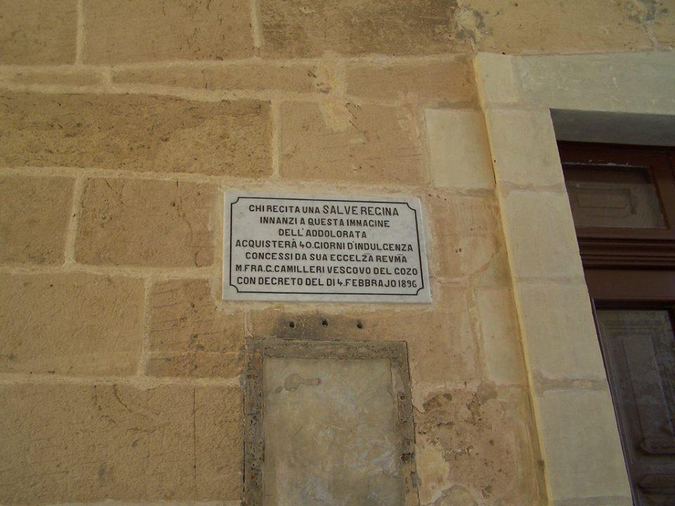 Targa in italiano su un edificio religioso