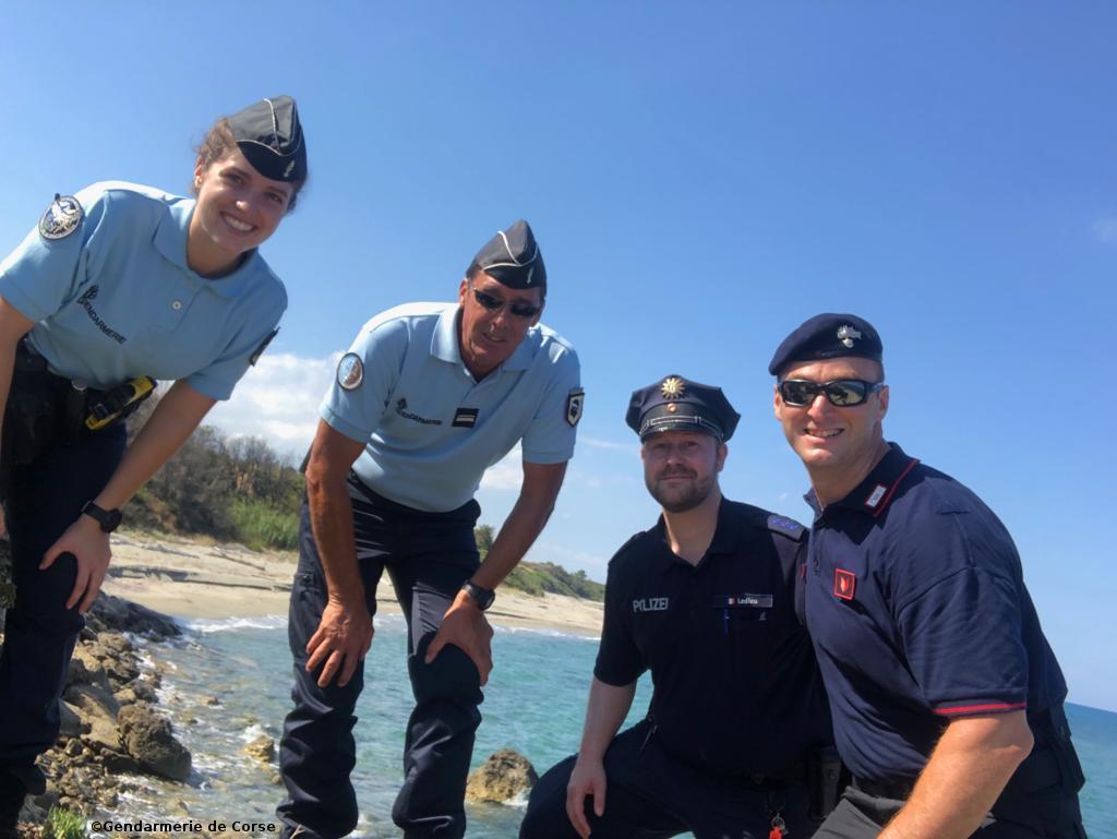 A Ghisonaccia un poliziotto tedesco e un carabiniere assistono i gendarmi