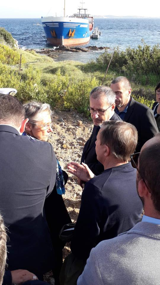 La ministra dell'ecologia Élisabeth Borne e Jean-Guy Talamoni in visita al cargo arenato